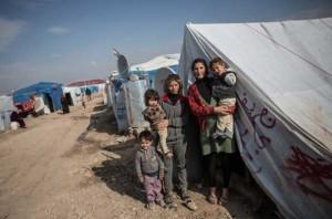 Hakim con su familia y vecinos.