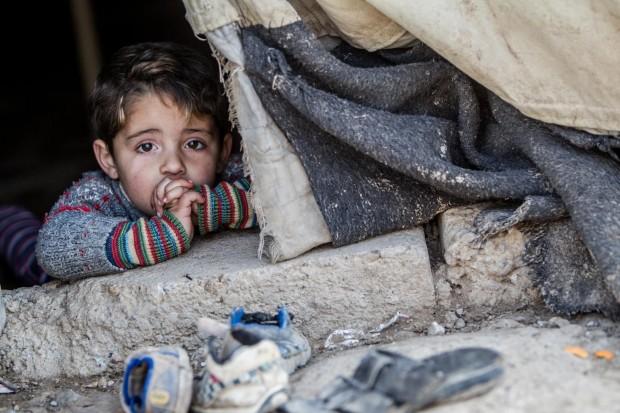 Hakim, de 3 años, en la tienda de campaña donde vive desde hace 2 años.