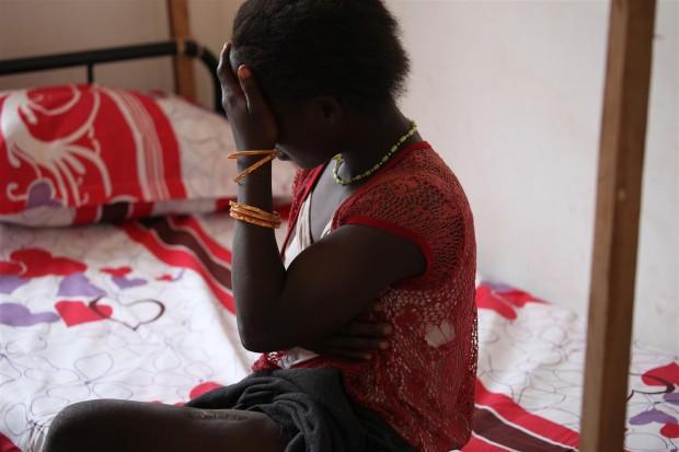 Grace sentada en un centro de tránsito para niños rescatados (© UNICEF/NYHQ2011-0466/Farrow)