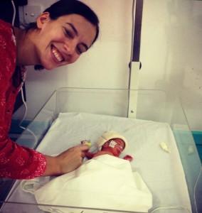 La hija de Irfan nació a las 29 semanas de embarazo y sólo pesó 990 gramos. Permaneció durante dos meses en el hospital de MSF en Peshawar, hasta que alcanzó los 1.6 kilos y antes de poder regresar a casa con su madre.
