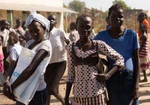 """Mónica (izquierda), de 14 años, junto con sus amigas, en la escuela que empezó a funcionar recientemente en Bentiu. Cuando se vieron obligadas a huir de su hogar durante los enfrentamientos, Mónica y su madre buscaron refugio aquí. """"Esta solía ser mi escuela. Luego, vivimos aquí. Ahora, la situación es mejor"""". (© UNICEF South Sudan/2014/Razafy)"""