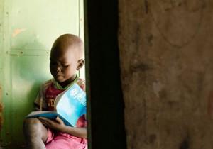Un niño escribe en su cuaderno en la escuela que empezó a funcionar recientemente en Bentiu, Sudán del Sur. Además de rehabilitar escuelas y proporcionar suministros esenciales, UNICEF está capacitando a los docentes en la prestación de apoyo psicosocial. (© UNICEF South Sudan/2014/Razafy)