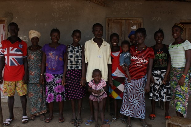 Abdul Tullah posa junto a su familia (c) UNICEF Sierra Leone/2015/Issa Davies