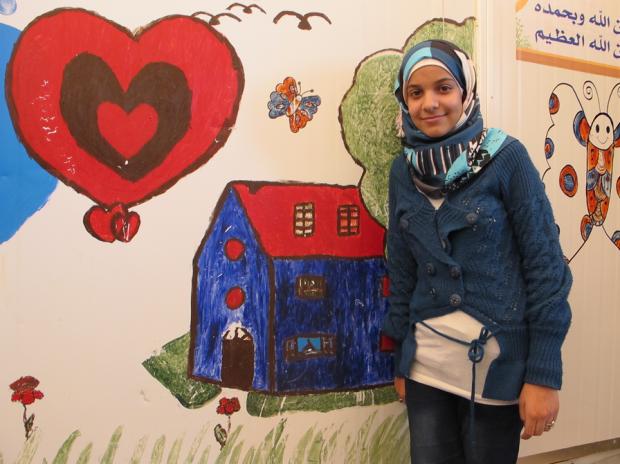 Yenal muestra parte de sus obras de arte. (c) UNICEF/Simon Ingram