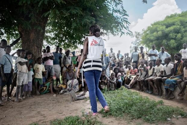 Gabriela, consejera de MSF, del equipo de promoción de la salud, habla con la comunidad en la aldea Degué, para explicar a la población local cómo prevenir el cólera. © Luca Sola/MSF