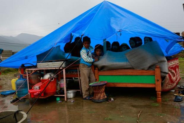El 28 de abril, los niños desplazados viven con sus familias en pequeñas tiendas. © UNICEF/NYHQ2015-1057/Nybo