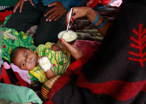 El 26 de abril una mujer alimenta a su bebé, herido durante el terremoto. © UNICEF/NYHQ2015-1014/Nybo