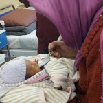 Una madre y su bebé en la maternidad de MSF en Kabul. Fotografía de Mathilde Vu/MSF