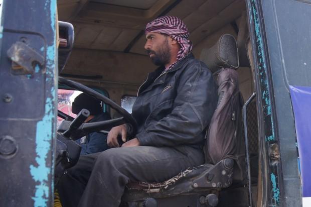 Turki en su camión de reparto de agua (UNICEF/Rafik) ElOuerchefani