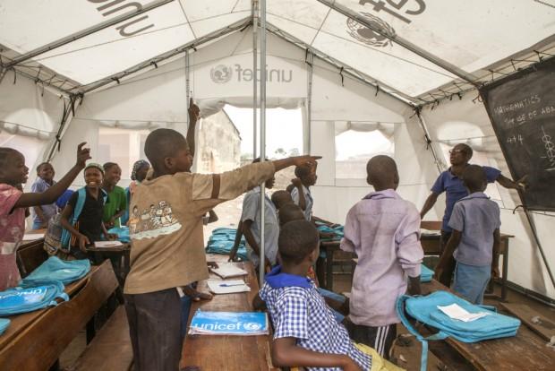 Niños atendiendo a una clase de aritmética en la escuela del campamento de desplazados por el conflicto causado por Boko Haram (UNICEF/NYHQ2015-0496/Esiebo)
