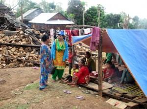 Personal de Plan Internacional con la familia de Asmita.