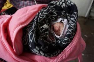 El hijo recién nacido de Nimdiki Sherpa, que caminó dos días hasta el hospital