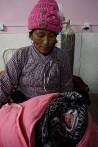 Nimdiki Sherpa con su hijo recién nacido