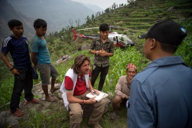 Equipos de Médicos Sin Fronteras (MSF) visitan una aldea en el distrito de Gorkha. © Brian Sokol/Panos
