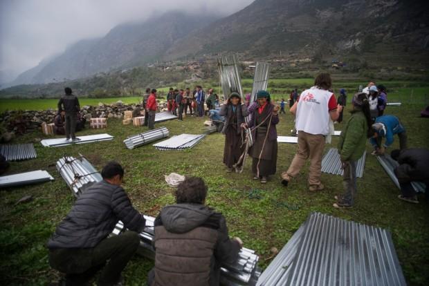 Además de materiales para reconstruir techos, los equipos de MSF también proporcionan mantas, utensilios de higiene y kits de cocina a través de helicópteros a las aldeas más remotas. © Brian Sokol / Panos