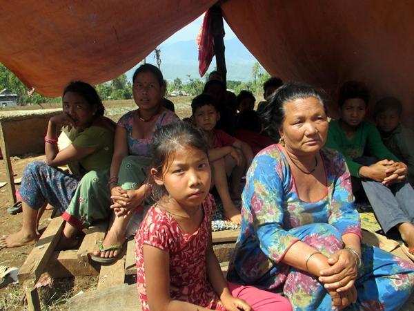 Asmita, con su abuela, en la tienda de campaña en la que viven tras el terremoto que derrumbó su casa.