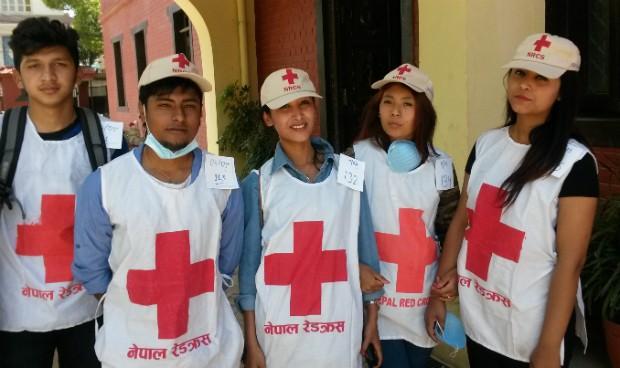 Sushant con algunos de sus amigos y nuevos voluntarios de Cruz Roja.