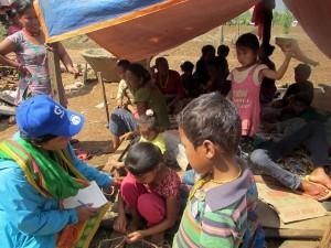 Ananda con Asmita y otros niños en una tienda de refugio tras el terremoto
