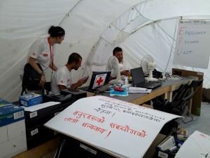 Cristina con Pablo y Elisardo en una carpa de Cruz Roja en Kalikasthan.