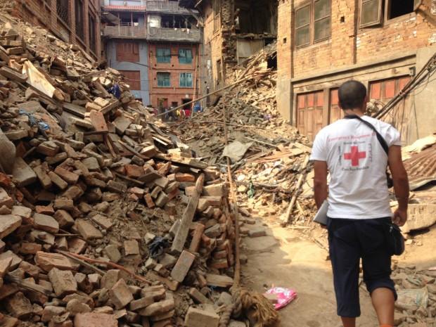 Un delegado de Cruz Roja camina por Bhaktapur, Nepal.