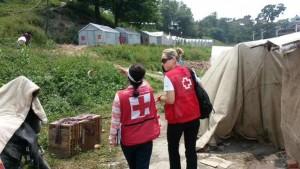 Dos delegadas de Cruz Roja evalúan un campo de desplazados en Bhaktapur.