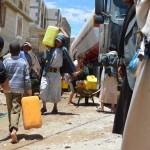 Niños y personas del distrito de Khamer van a buscar agua, ya que la escasez de combustible ha provocado que los camiones de agua no sean capaces de llevar de agua hasta la región. Fotografía: Malak Shaher/MSF