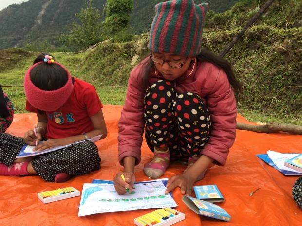 Niños dibujando durante una sesión de atención psicológica en Nampha en el distrito de Sindupalchowk . Nepal. Copyright: Kamini Deshmukh / MSF