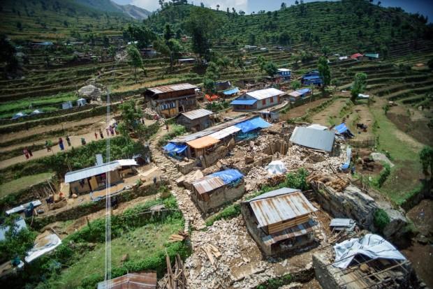 Vista aérea de una parte del pueblo de Diol. Diol es una aldea situada entre montañas, donde el acceso a la salud desde donde uno tiene que caminar largas distancias para recibir asistencia sanitaria básica. Copyright: Brian Sokol / Panos Pictures