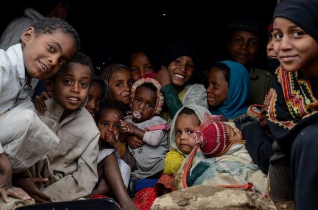 Dos familias de 23 miembros que viven juntas en una pequeña tienda de campaña en Khamer, Yemen. Las dos familias huyeron de sus casas en Sada hace dos semanas. Los padres de las dos familias cuentan que sus condiciones empeoran cuando llueve.  Fotografía: Malak Shaher/MSF
