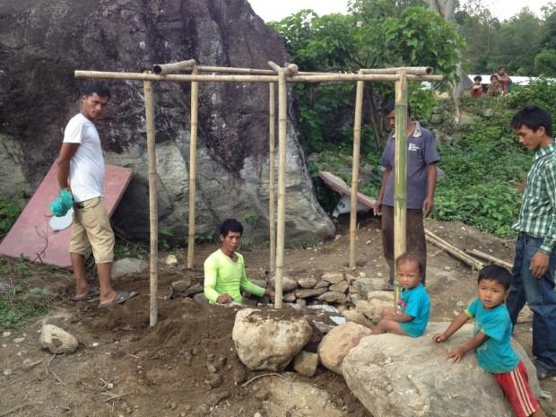 Construcción de letrinas en un campamento de desplazados en Kalikasthan.