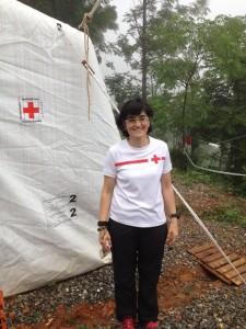 La delegada de emergencias Sara Escudero en el campamento base de Kalikasthan.