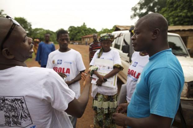 Roger Lamah se prepara junto a su equipo para una nueva jornada de sensibilización ©UNICEF Guinea/2015/Tim Irwin