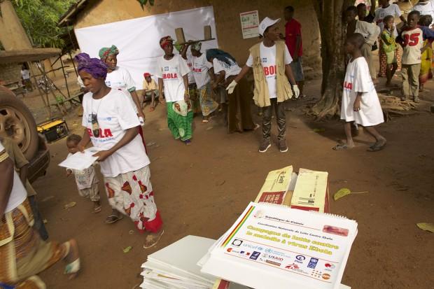 Las mujeres de Sikhourou se preparan para una marcha movilizadora ©UNICEF Guinea/2015/Tim Irwin