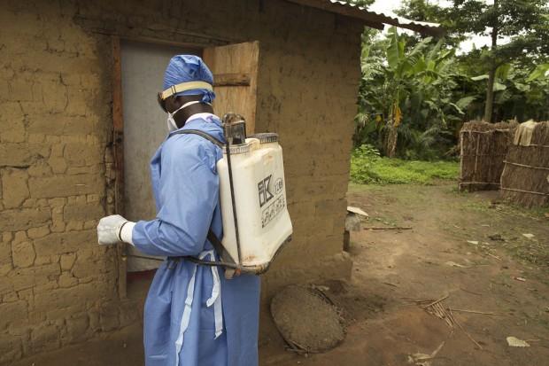 Desinfección de una casa en Sikhourou ©UNICEF Guinea/2015/Tim Irwin