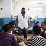Nagash de Eritrea, es mediador cultural en MSF. En la foto está hablando con algunas jóvenes de Eritrea dentro de Centro de Recepción en Pozzallo, Italia.