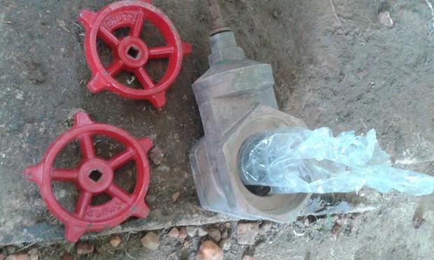 Abrimos cada una de las válvulas y cuando palpamos en su interior encontramos botellas de plástico trituradas tapando las bocas de las válvulas. Eso era lo que estaba bloqueando el flujo de agua. Foto: Paul Jawor/MSF