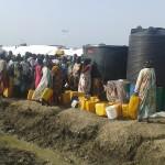 Desplazadas hacen cola para obtener agua potable una vez reparado el sistema. Foto: Paul Jawor / MSF