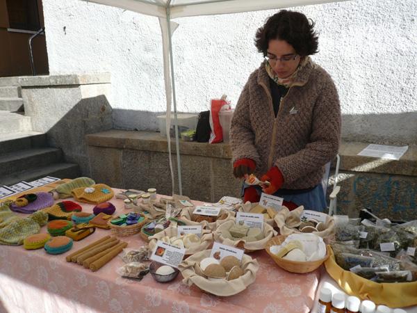 Montse, en su puesto del mercado vendiendo jabones y cremas.