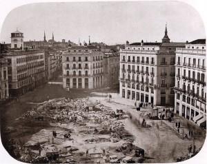 Puerta del Sol, a punto de terminar las obras de reforma. Febrero de 1862. A.Alonso Martínez. Colección Olmedilla (Madrid) .