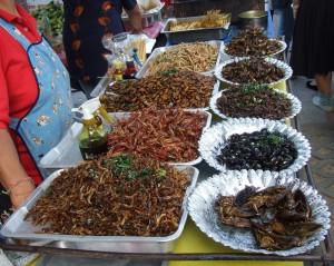 Puesto de venta de insectos fritos en un mercado tailandés / Wikipedia