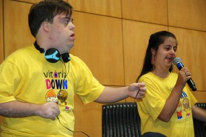 Dos jóvenes con síndrome de Down participan en una actividad de concienciación / Foto: Reinaldo Carvalho.