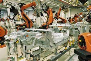 El uso de robots que realizan tareas mecánicas es habitual en la industria automovilísitca / Wikipedia
