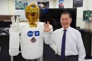 """""""Saludos desde Vulcano"""". Una versión terrícola de Robonaut 2 posa junto al actor de 'Star Trek' George Takei. NASA/James Blair"""