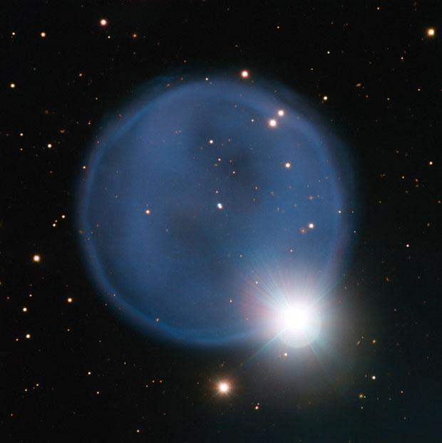 Imagen obtenida por el telescopio VLT del ESO en Chile. Muestra la nebulosa planetaria Abell 33 y la estrella HD 83535. ESO.