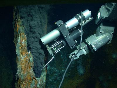 El sumergible robótico 'Jason' de la WHOI recoge muestras de una fumarola hidrotermal en la Fosa de las Caimán. Chris German, Woods Hole Oceanographic Institution.