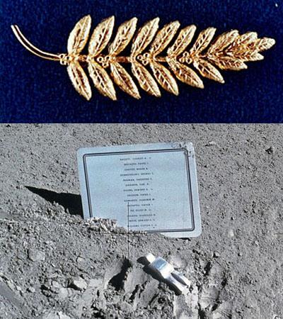 Arriba, rama de olivo en oro depositada por Neil Armstrong en la Luna en 1969. Abajo, memorial del Astronauta Caído. NASA.