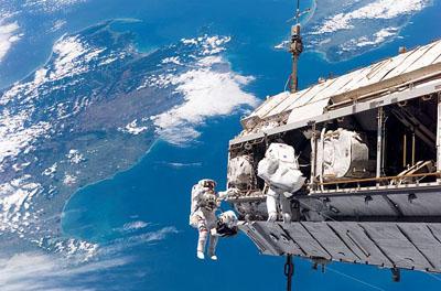 Actividad extravehicular de la misión STS-116 en 2006 en la Estación Espacial Internacional sobrevolando Nueva Zelanda. NASA.