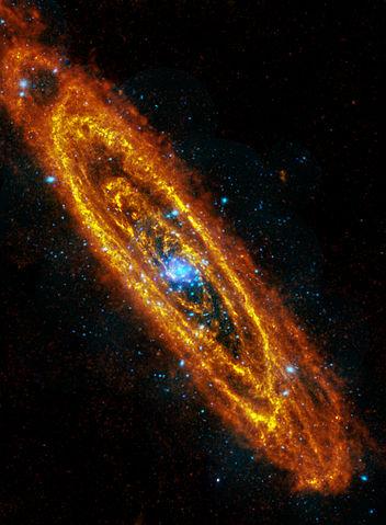 La galaxia de Andrómeda en dos imágenes combinadas de infrarrojo (en naranja), tomada por el telescopio espacial Herschel, y en rayos X (en azul), tomada por el telescopio espacial XMM-Newton. ESA/Herschel/PACS/SPIRE/J. Fritz, U. Gent; X-ray: ESA/XMM Newton/EPIC/W. Pietsch, MPE.