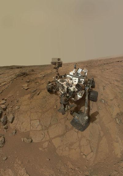 """""""Selfie"""" del 'Curiosity' tomada en febrero de 2013 en la llanura John Klein, Marte. La imagen es un mosaico de recortes de múltiples tomas (motivo por el cual no aparece el brazo de la cámara). NASA/JPL-Caltech/MSSS."""