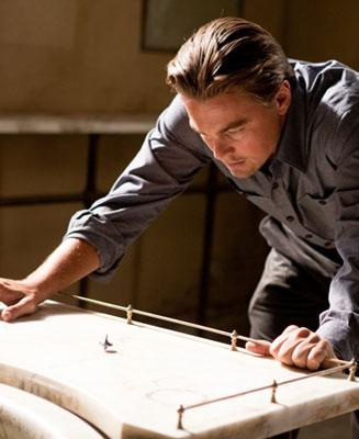 En la película 'Origen' ('Inception'), Dom Cobb (Leonardo DiCaprio) utiliza un tótem, una peonza, para distinguir entre los sueños (donde la peonza nunca se detiene) y el mundo real. Warner Bros. Pictures.